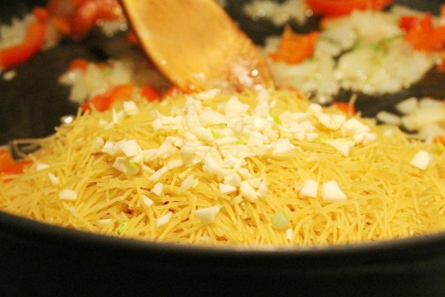 Stir Garlic with Fideo Pasta in pan