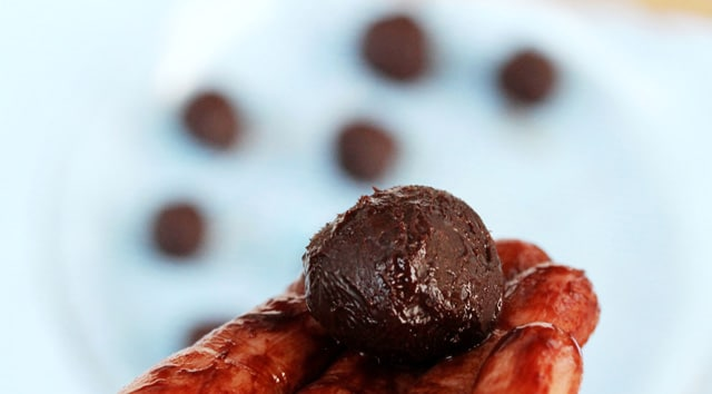 Roll chocolate truffles in balls