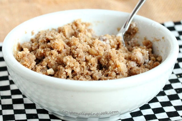 Streusel with fork in bowl