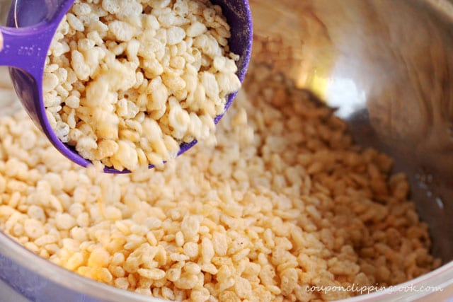6-add-puffed-rice-to-bowl