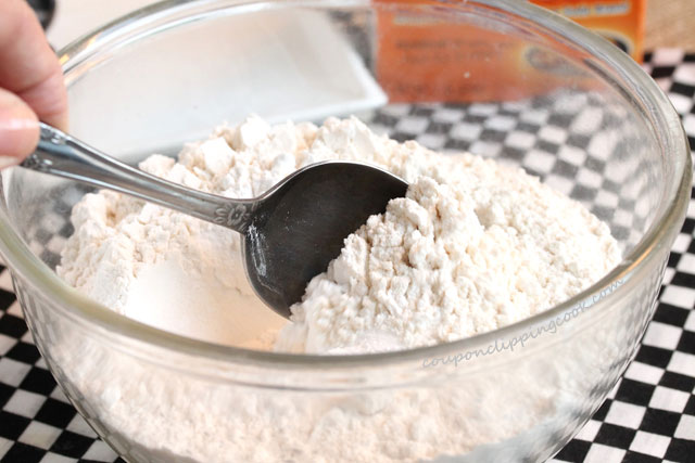 Stir dry ingredients in bowl with spoon
