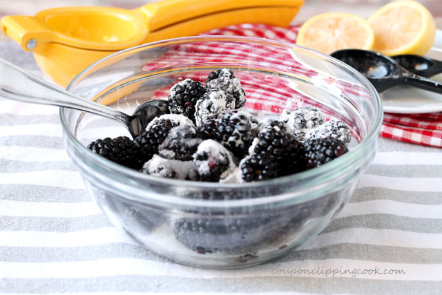Blackberries and powdered sugar in bowl