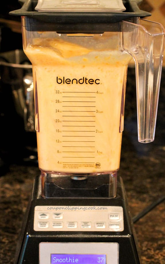 Blend Mexican Papaya, Pineapple and Tea Smoothie in blender