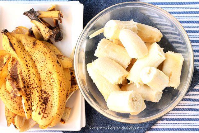 Peeled bananas in bowl