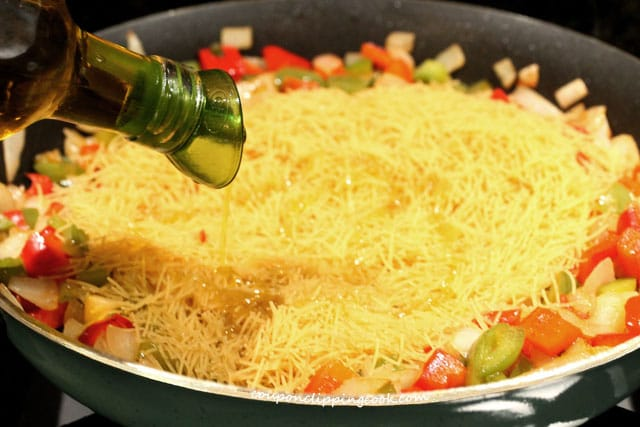 Add olive oil on fideo pasta