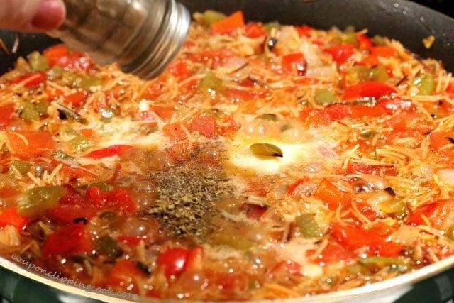 Add pepper to fideo pasta